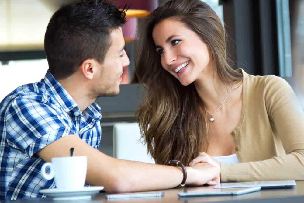 Homem e mulher se paquerando.